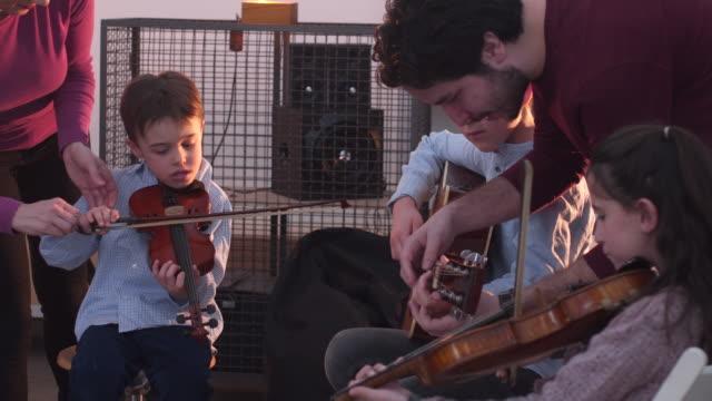 spaß, lernen, musikalische instrumente spielen - probe stock-videos und b-roll-filmmaterial
