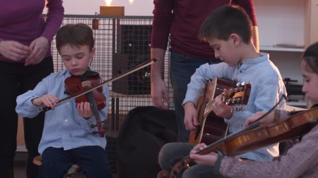spaß, lernen, musikalische instrumente spielen - gitarre stock-videos und b-roll-filmmaterial