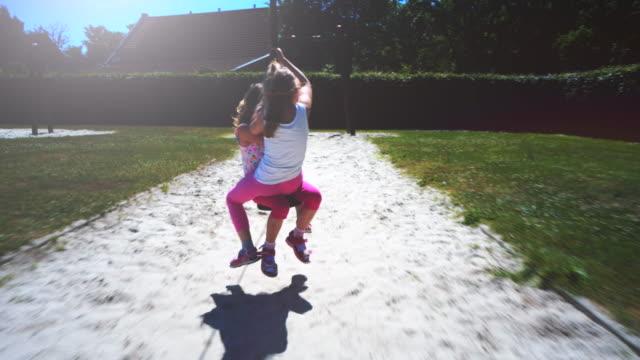 spaß auf eine abenteuer-zip-line auf einem park-spielplatz - freizeitaktivität im freien stock-videos und b-roll-filmmaterial