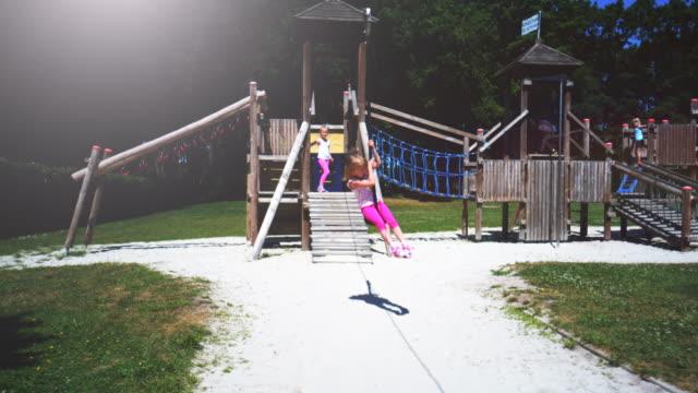 公園遊び場で冒険ジップライン楽しんでください。 - ブランコ点の映像素材/bロール