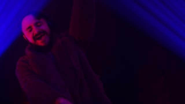 stockvideo's en b-roll-footage met dj die pret heeft terwijl het spelen van muziek in de club - club dj