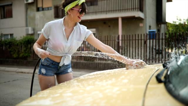 vidéos et rushes de s'amuser lors du lavage de voiture - pin up