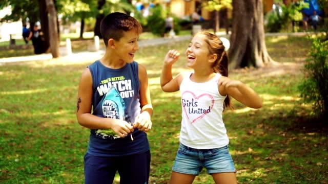 Spaß mit älteren Bruder im park
