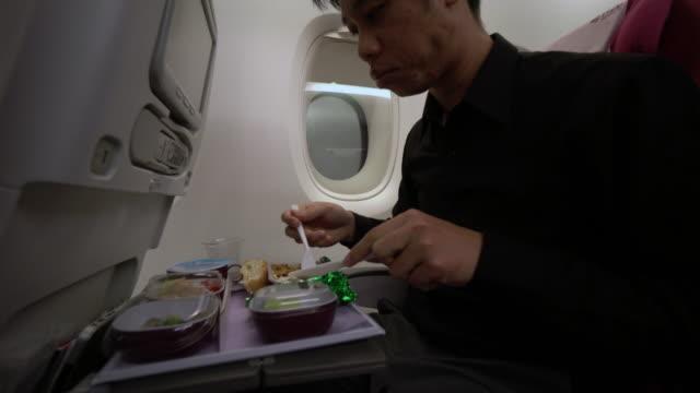 vídeos de stock, filmes e b-roll de depois almoço no avião - comida e bebida