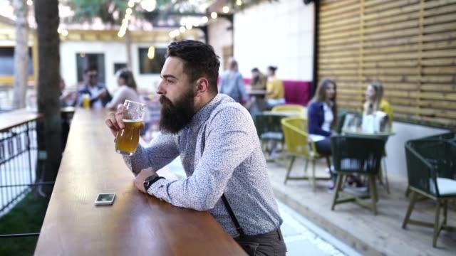 ein bier nach der arbeit - suspenders stock-videos und b-roll-filmmaterial