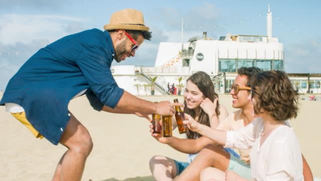 vídeos y material grabado en eventos de stock de con algunas cervezas en la playa - refreshment
