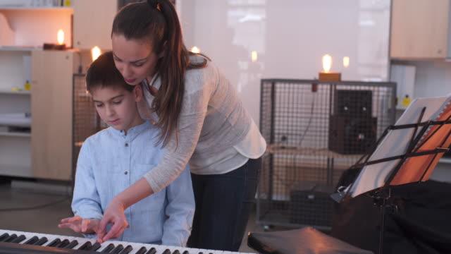 mit den besten zwar lernen, wie man klavier spielen - probe stock-videos und b-roll-filmmaterial
