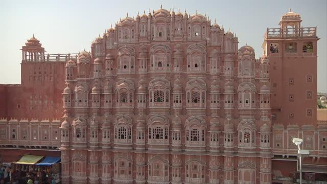 vídeos de stock, filmes e b-roll de ws ha hawa mahal pink exterior / jaipur, rajasthan, india - janela saliente