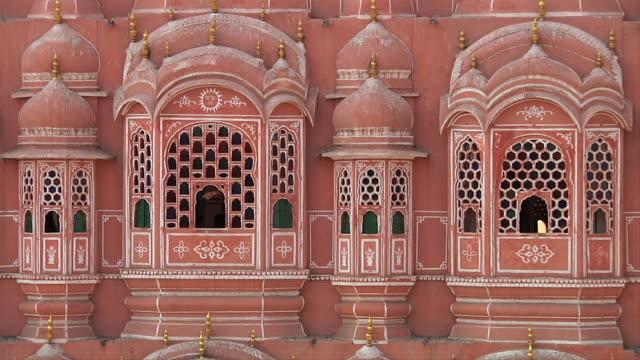 vídeos de stock, filmes e b-roll de ms hawa mahal pink exterior / jaipur, rajasthan, india - janela saliente