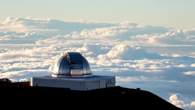 hawaii big island, mauna kea observatory and the sea of clouds at day time - 自然美点の映像素材/bロール