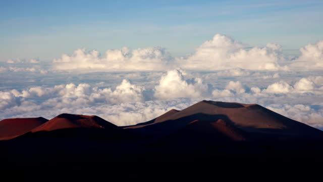 hawaii big island, mauna kea peaks and cloud sea - 自然美点の映像素材/bロール
