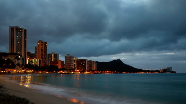 vidéos et rushes de hawaii, diamond head and waikiki hotel at sunrise - îles hawaï