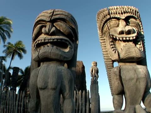 zi, cu usa, hawaii, the big island, pu'uhonua o honaunau national historical park, place of refuge, wooden statues - statue stock videos & royalty-free footage