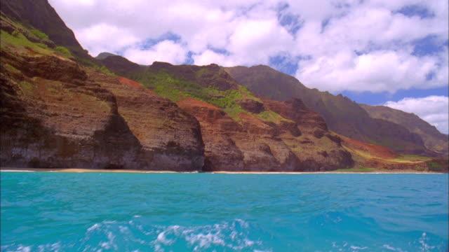 vídeos de stock e filmes b-roll de hawaiian coastal mountains seen from boat available in hd. - paredão rochoso
