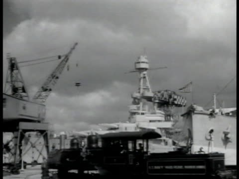 vídeos de stock e filmes b-roll de map hawaiian islands ws us battleship in dry dock crane moving behind us battleship us battleships in harbor two us battleships anchored us naval... - navio de batalha
