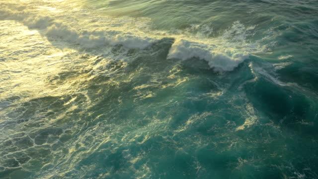 vídeos y material grabado en eventos de stock de hawaiian olas uav sonido toma cenital - kauai