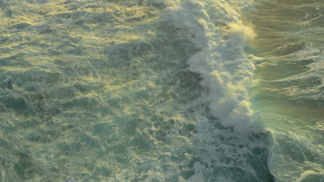 hawaiian ocean waves uav brusio veduta aerea - isola di kauai video stock e b–roll