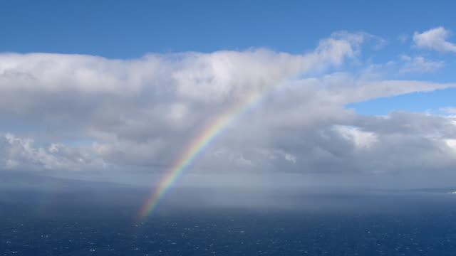 hawaiian rainbow over the pacific ocean. - arcobaleno video stock e b–roll
