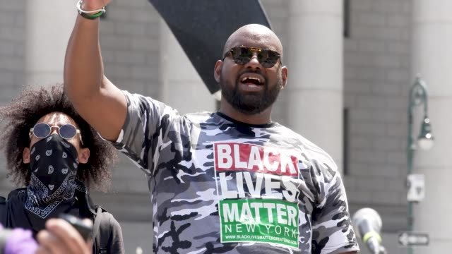 vidéos et rushes de hawk newsome - chairman of black lives matter greater new york. the event was organized by freedom march nyc a protest group civil rights... - non urban scene
