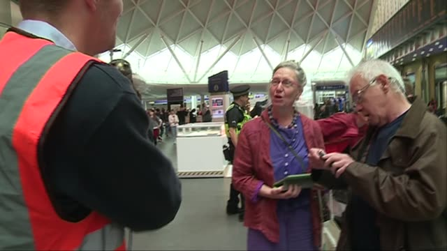 hawk scares off pigeons at king's cross station general views and handler interview england london king's cross station int general views of max benn... - beruflicher umgang mit tieren stock-videos und b-roll-filmmaterial