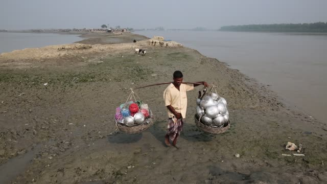 hawker selling cooking pots in the coastal areas on october 22 in khulna, bangladesh. coastal areas currently home to 300 million people will be... - home economics点の映像素材/bロール