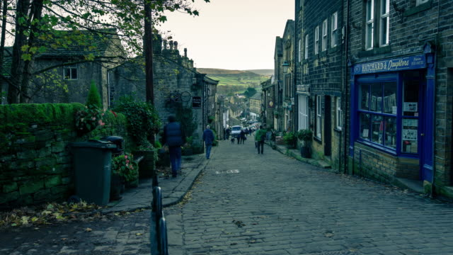 haworth main street on winter day - time lapse - kopfsteinpflaster stock-videos und b-roll-filmmaterial
