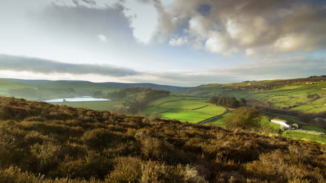 vídeos y material grabado en eventos de stock de haworth reservoir and yorkshire moors motion-control timelapse - escena rural