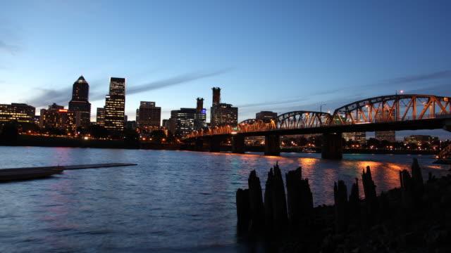 t/l ws hawthorne bridge and downtown skyline at dusk / portland, oregon, usa - fiume willamette video stock e b–roll