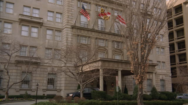 stockvideo's en b-roll-footage met tu hay-adams hotel entrance, with flags gently waving in the wind / washington, d.c., united states - ingang
