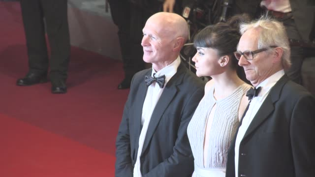 vidéos et rushes de hayley squires ken loach dave johns rebecca o'brien paul laverty at 'i daniel blake' red carpet at grand theatre lumiere on may 13 2016 in cannes... - festival international de cannes