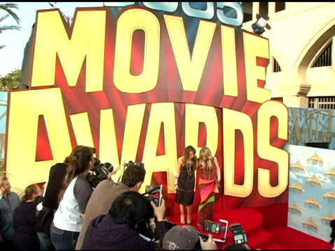vídeos de stock, filmes e b-roll de haylie diff and hilary duff at the 2005 mtv movie awards arrivals at the shrine auditorium in los angeles, california on june 4, 2005. - shrine auditorium