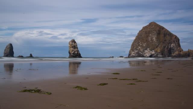 haystack rock at cannon beach oregon - costa dell'oregon video stock e b–roll