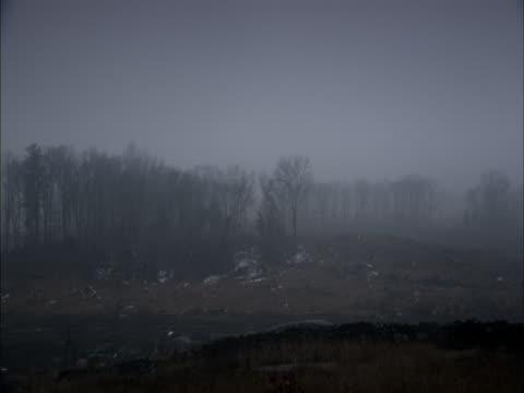 a haze drifts over an autumn countryside. - gettysburg stock-videos und b-roll-filmmaterial