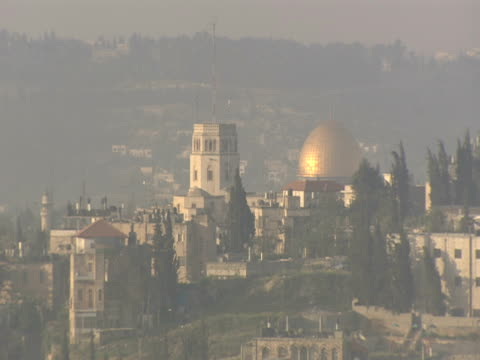 a haze hovers over jerusalem. - gerusalemme est video stock e b–roll