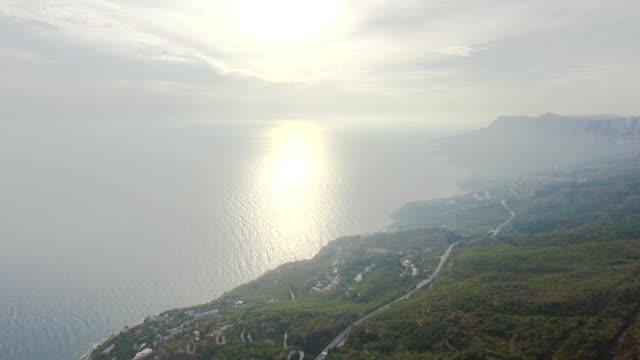 vídeos y material grabado en eventos de stock de aéreos: neblina sobre el mar en calma - multicóptero