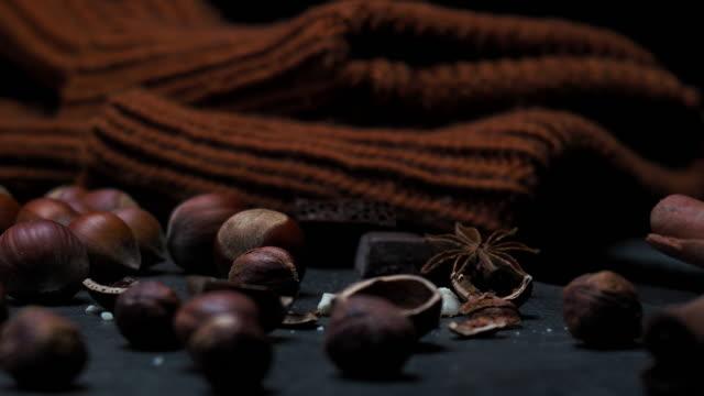 Hasselnötter över svart
