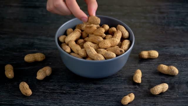 vídeos y material grabado en eventos de stock de avellanas - peanut food
