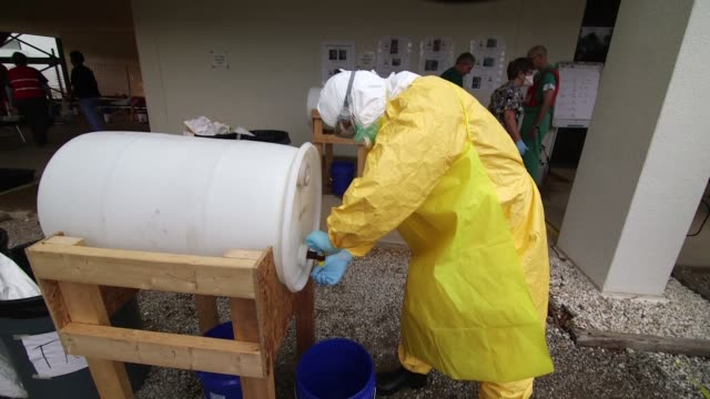 hazmat suit training at a mock ebola treatment unit at the centers for disease control and prevention facility in anniston alabama on october 15 wide... - bundesgesundheitsamt der usa stock-videos und b-roll-filmmaterial