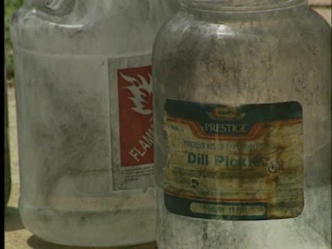 hazmat teams clean up a meth-house in oklahoma. - crime or recreational drug or prison or legal trial 個影片檔及 b 捲影像