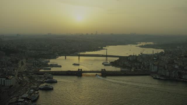 hazy aerial shot of golden horn istanbul - イスタンブール 金角湾点の映像素材/bロール