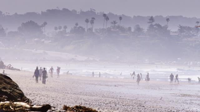 vídeos de stock, filmes e b-roll de hazy day at the beach - onda de calor fenômeno natural