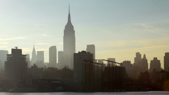 hazy, early morning view of midtown manhattan skyline along the hudson river. - 高い点の映像素材/bロール