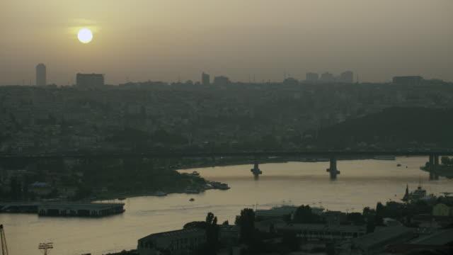 hazy evening shot of golden horn - イスタンブール 金角湾点の映像素材/bロール