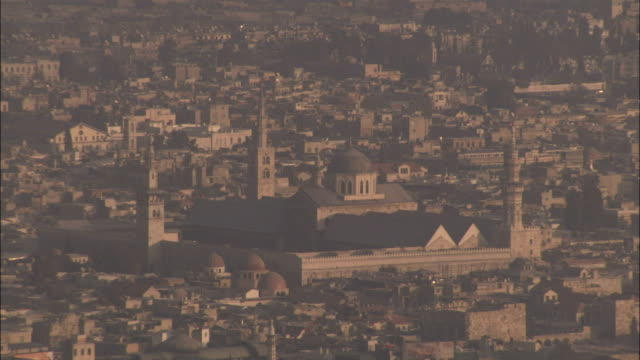 a hazy long shot of the umayyad mosque damascus. available in hd. - minareto video stock e b–roll