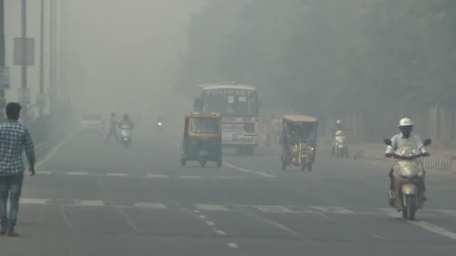 hazy new delhi in severe air pollution, india - smog stock-videos und b-roll-filmmaterial