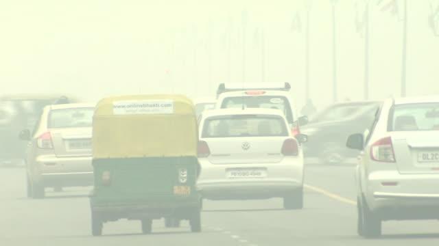 hazy new delhi in severe air pollution, india - デリー点の映像素材/bロール