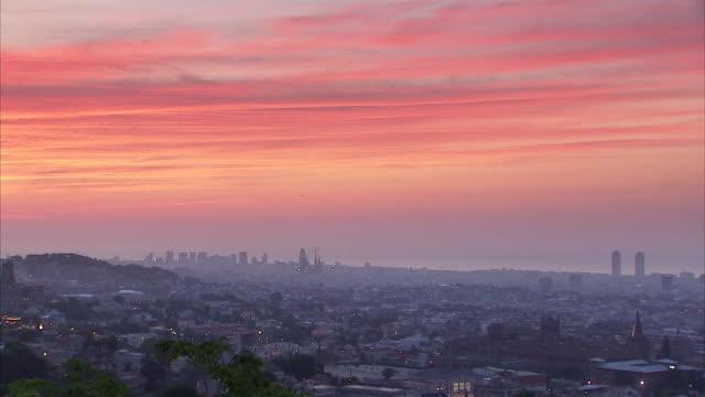 vídeos y material grabado en eventos de stock de  ws hazy pastel colored dawn over city / barcelona, spain - horizonte
