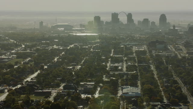 hazy view of downtown st louis skyline - jefferson national expansion memorial park stock videos & royalty-free footage