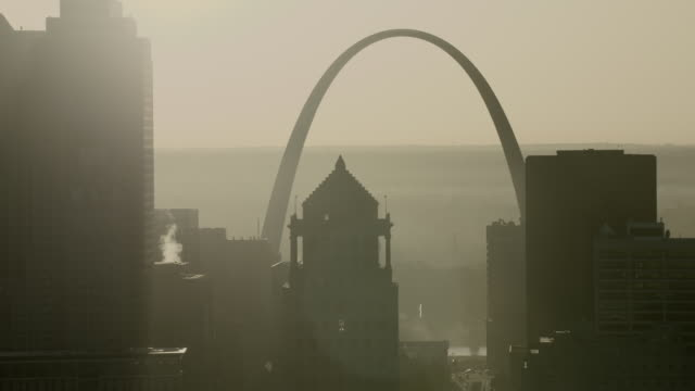 hazy view of gateway arch in st louis - gateway arch st. louis stock videos & royalty-free footage