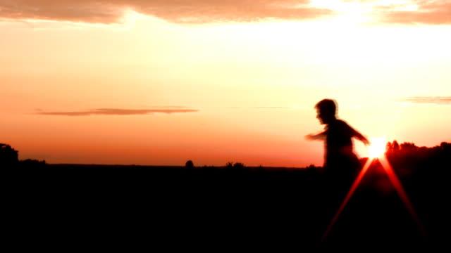 vídeos y material grabado en eventos de stock de hombre joven de alta definición y el prado (007 - brazo humano